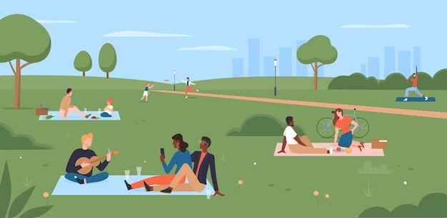 Ludzie na pikniku w letnim parku miejskim szczęśliwa rodzina siedzi na kocu jedząc piknik