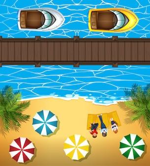 Ludzie na plaży i łodzie na morzu