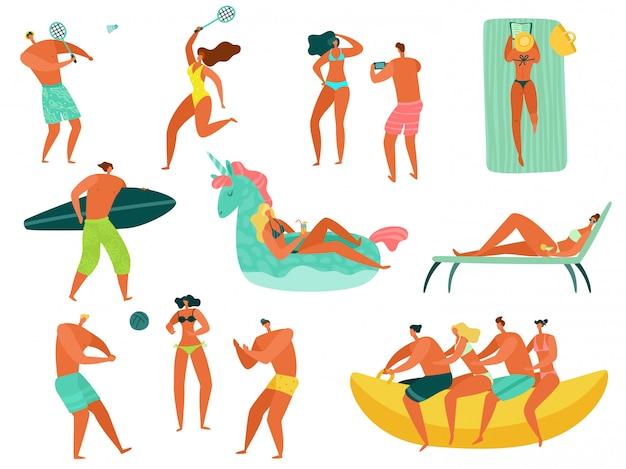 Ludzie na plaży. letnie wakacje morze ocean rodzina relaksować się uprawiając sport