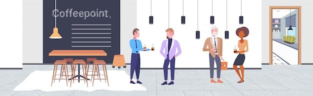 Ludzie piją kawę mieszają rasy biznesmeni klienci dyskutują podczas spotkania coffeepoint pojęcie nowożytnej kawiarni wnętrze horyzontalnej pełnej długości