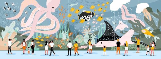 Ludzie pod wodą ze zwierzętami i roślinami