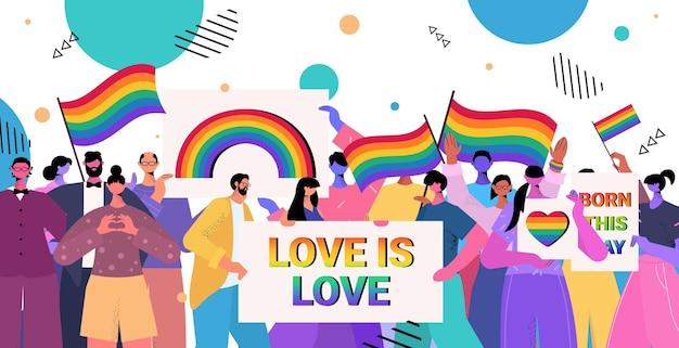 Ludzie posiadający tęczowe flagi lgbt i plakaty gejowskie lesbijki miłość parada duma festiwal transpłciowa koncepcja miłości