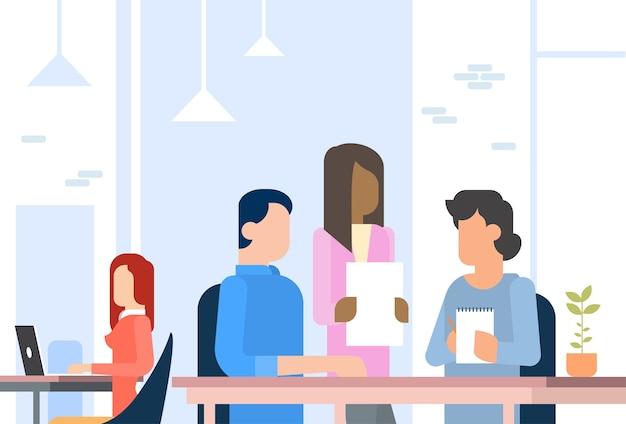 Ludzie pracujący coworking centre otwarta powierzchnia biurowa