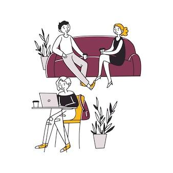 Ludzie siedzący w kawiarni, pijący kawę i pracujący na laptopach