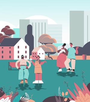 Ludzie spacerujący park miejski cyfrowa koncepcja detoksykacji przyjaciele spędzający czas razem bez gadżetów