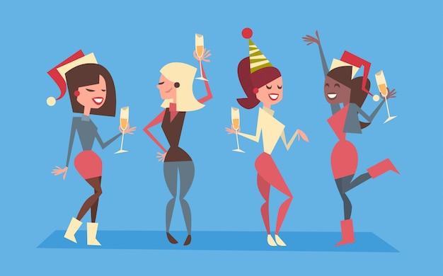 Ludzie świętują wesołych świąt i szczęśliwego nowego roku kobiety grupa nosić santa kapelusze holiday eve party concept