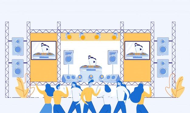 Ludzie tańczą i słuchają muzyki na festiwalu.
