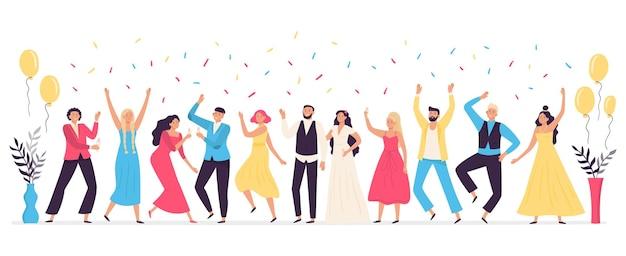 Ludzie tańczą na weselu. romantyczny taniec nowożeńców, tradycyjne uroczystości weselne z przyjaciółmi