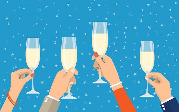 Ludzie trzymający kieliszki do szampana