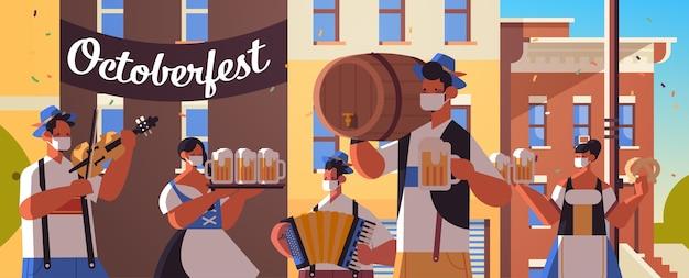 Ludzie trzymający kufle do piwa i grający na instrumentach muzycznych oktoberfest party