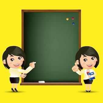 Ludzie ustawiają tablicę nauczyciela kobiet