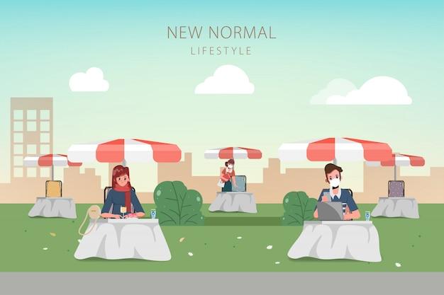 Ludzie utrzymują dystans społeczny. dystans społeczny z markizą do kawiarni i restauracji ulicznych. nowa koncepcja normalnego stylu życia.