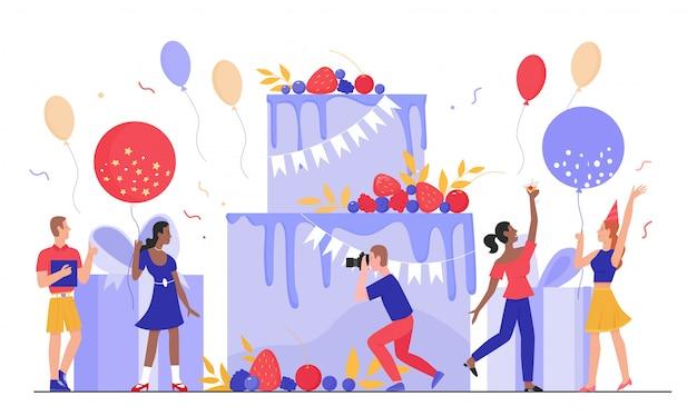 Ludzie w ilustracji urodziny. postacie z kreskówek mały mężczyzna kobieta bawią się razem, szczęśliwi przyjaciele świętują datę urodzenia na wielkim torcie prezent, obchody rocznicy na białym