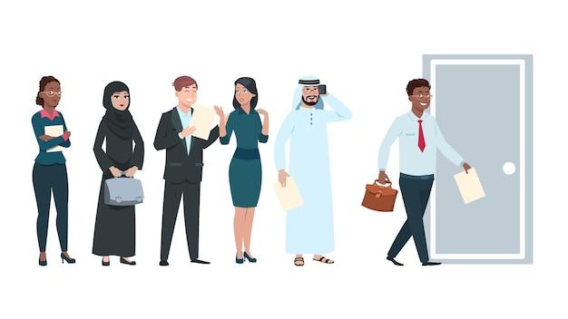 Ludzie w kolejce. osoby poszukujące pracy w kolejce z cv w rękach. pracownicy biurowi czekają na wejście, mężczyzna wchodzi do drzwi. międzynarodowi specjaliści mężczyzna kobieta kreskówka wektor znaków ilustracja