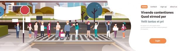 Ludzie w maskach trzymający afisz i megafon