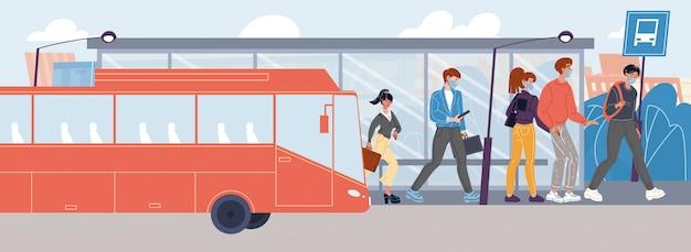 Ludzie w maskach zachowują dystans wysiadają na przystanku autobusowym