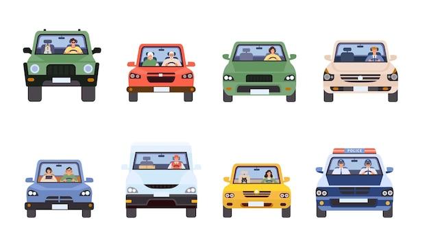 Ludzie w samochodach widok z przodu. mężczyzna i kobieta jazdy, dostawa, policja w samochodzie i starsza para. sterowniki w płaskim stylu minimalistycznym wektor zestaw. ilustracja jazdy samochodem, podróży transport samochodowy