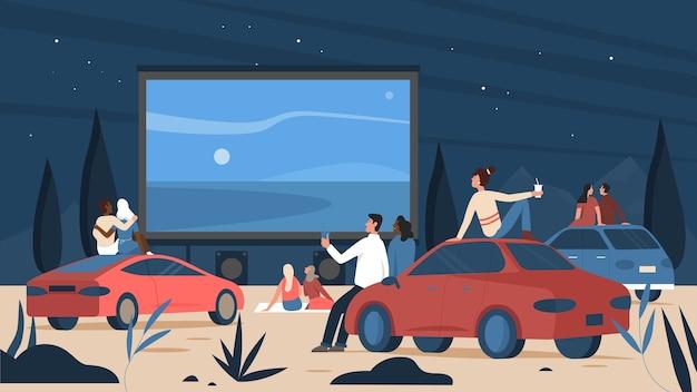 Ludzie w teatrze kina samochodowego na świeżym powietrzu