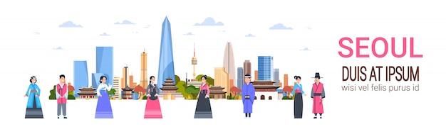 Ludzie w tradycyjnych strojach koreańskich nad panoramą miasta seulu