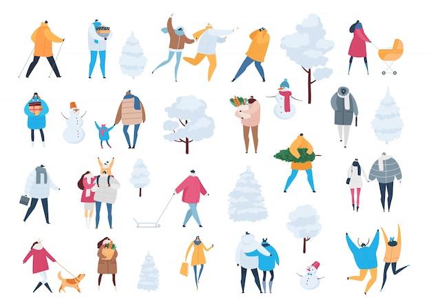 Ludzie W Zimowych Postaciach Z Kreskówek I Dzieci Chodzą W Okresie Zimowym. Ilustracyjny Ustawiający Mężczyzna, Kobiety Niosą Xmas Drzewa, Prezenty, Robi Zakupy Na Bożych Narodzeniach Odizolowywających Na Bielu Premium Wektorów