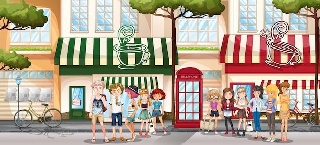 Ludzie wychodzą na chodnik przy sklepie
