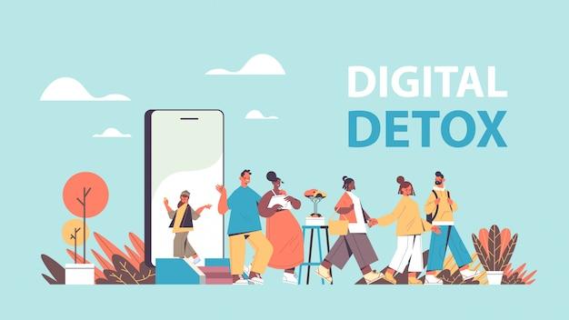 Ludzie wychodzą z ekranu telefonu komórkowego wakacje przygoda cyfrowy detoks pojęcie