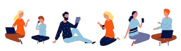 Ludzie z gadżetami. mężczyźni kobiety siedzą i rozmawiają. zestaw rozmów na białym tle nowoczesnych osób. ilustracja ludzie kobieta i mężczyzna używają urządzenia
