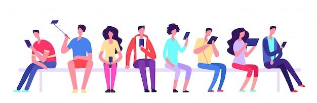 Ludzie z gadżetami, siedząc na ławce. mężczyźni i kobiety z telefonu komórkowego spotkanie na świeżym powietrzu. postaci z kreskówek studentów wektor