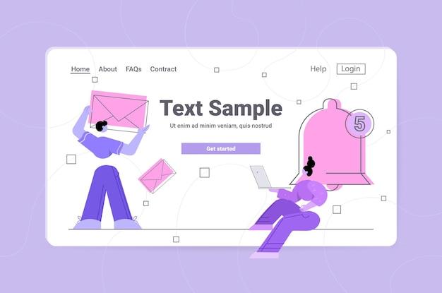 Ludzie z kopertą pocztową i dzwonkiem powiadomienia koncepcja komunikacji w mediach społecznościowych