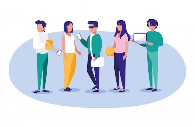 Ludzie z laptopami i smartfonami