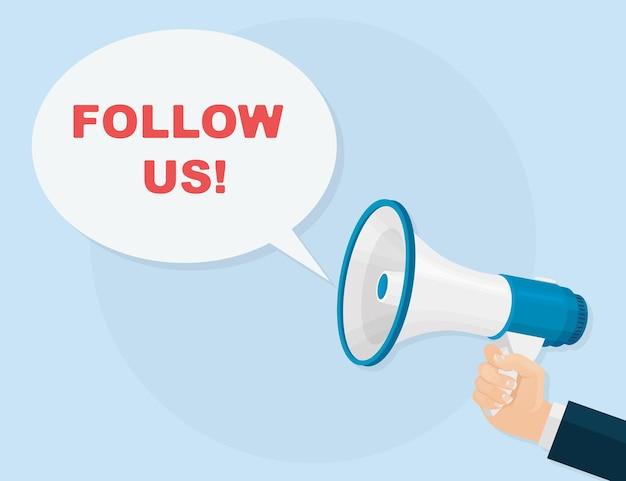 Ludzka ręka trzyma megafon z podążaj za nami dymek. śledź nas baner dla sieci społecznościowych. głośnik. media społecznościowe lub promocja w sieci, smm. marketing cyfrowy, reklama