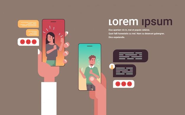 Ludzkie ręce za pomocą aplikacji do rozmów ludzie kłócą się przez telefon sieci społecznościowej czat bańka komunikacja koncepcja