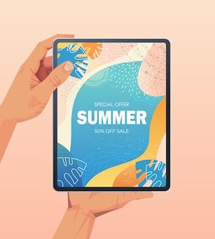 Ludzkie ręce za pomocą komputera typu tablet z ulotką banerową sprzedaży letniej lub kartkę z życzeniami na pionowej ilustracji ekranu