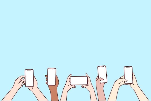 Ludzkie ręce za pomocą smartfonów