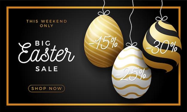 Luksusowy easter egg sprzedaż poziomy baner. złota kartka wielkanocna z realistycznymi jajkami zawieszonymi na nitce, złote ozdobne jaja