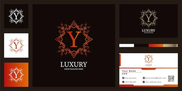 Luksusowy ornament litera y lub szablon logo kwiatowy rama z projektem wizytówki.