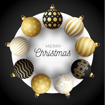 Luksusowy transparent kwadratowy sprzedaż świąteczna. kartka świąteczna z ozdobnymi czarnymi, złotymi i białymi realistycznymi kulkami na białym kółku i czarnym nowoczesnym tle. ilustracja. miejsce na twój tekst