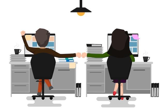 M ?? czyzna biznesowych i kobieta dokonuj? c bump fist w biurze