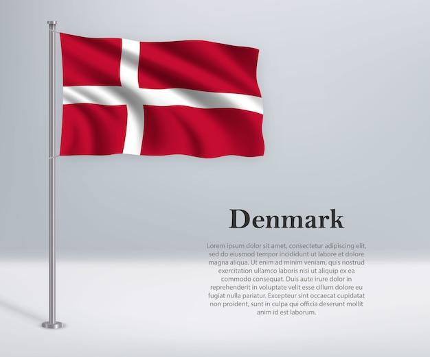 Macha flagą danii na maszcie