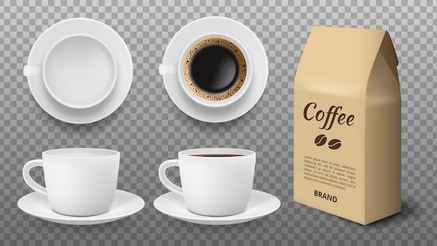 Makieta biały kubek. realistyczny pusty kubek i kubek do kawy, opakowanie z ziarnami arabiki. szablon wektor na białym tle sklep z napojami. ilustracja biały kubek reklamowy z czarną kawą