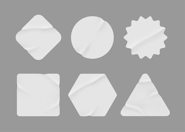 Makieta białych naklejek. puste etykiety o różnych kształtach, emblematy z papieru pomarszczonego. skopiuj miejsce. naklejki lub łatki do podglądu tagów, etykiet. ilustracja wektorowa