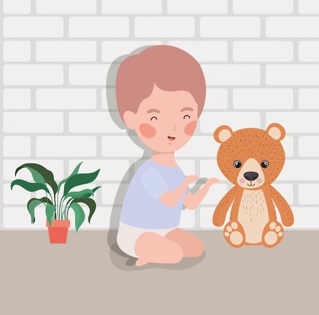 Mała chłopiec z niedźwiadkowym misiem pluszowym