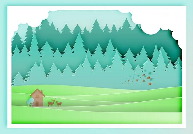 Mała drewnianego domu papieru sztuka z lasowym tłem