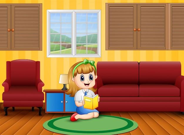 Mała dziewczynka czytanie książki w pokoju