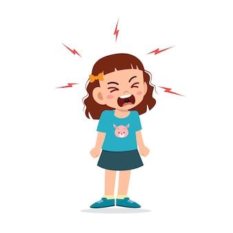 Mała dziewczynka napada złość i krzyczy bardzo głośno