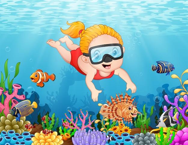 Mała dziewczynka nurkowanie w morzu