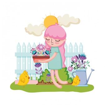Mała dziewczynka podnoszenia houseplant z ogrodzenia i tryskaczowych