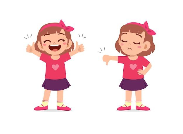 Mała dziewczynka pokazuje gest ręki kciuk w górę i kciuk w dół