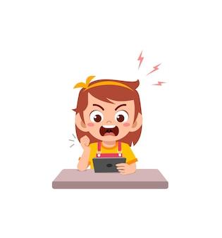 Mała dziewczynka używa telefonu komórkowego i jest zła