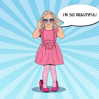 Mała dziewczynka w różowej sukience i butach matki